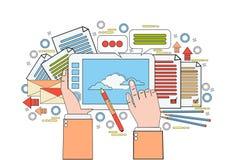 Manos de Tool On Workplace del diseñador gráfico que sostienen el dibujo de la tableta de Digitaces con Pen Creative Process Fotos de archivo