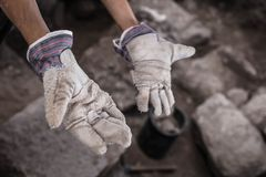 Manos de trabajo del arqueólogo Imagen de archivo