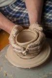 Manos de un alfarero imagen de archivo