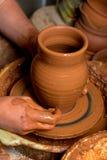 Manos de un alfarero Imagenes de archivo