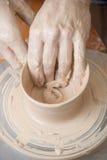 Manos de un alfarero imagen de archivo libre de regalías