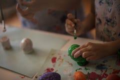 Manos de un artista de Pascua foto de archivo libre de regalías