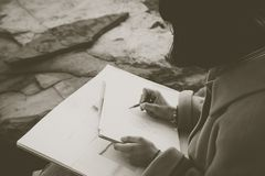 Manos de un dibujo de la muchacha con el lápiz fotografía de archivo