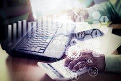 Manos de un hombre de negocios que trabaja en la calculadora en oficina Imagen de archivo