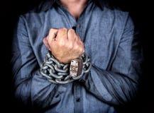 Manos de un hombre formalmente vestido encadenado junto Fotos de archivo