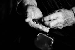 Manos de un hombre que cuenta el dinero Fotos de archivo