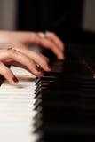 Manos de un pianista fotos de archivo libres de regalías
