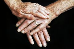 Manos de un viejo hombre y de una mujer mayor imágenes de archivo libres de regalías