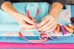 Manos de una costurera en el trabajo Fotografía de archivo libre de regalías