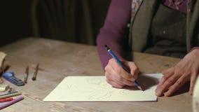 Manos de una mujer del ceramista que dibuja un tema almacen de video