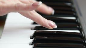 Manos de una mujer joven que juega el piano almacen de metraje de vídeo