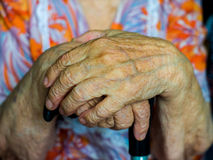 Manos de una mujer mayor Foto de archivo libre de regalías
