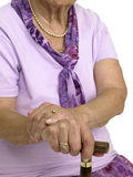 Manos de una mujer mayor con un bastón Imágenes de archivo libres de regalías