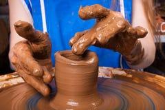 Manos de una mujer que aprende trabajar en la rueda de la cerámica Fotografía de archivo