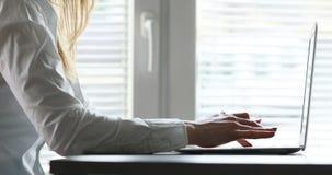 Manos de una mujer que mecanografía en el teclado almacen de metraje de vídeo
