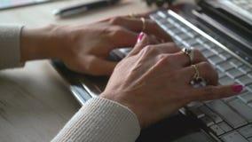 Manos de una mujer que mecanograf?a un ordenador metrajes