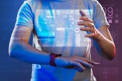 Manos de una persona joven que toca el holograma mientras que lo crea Imagen de archivo