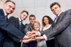 Manos de unión y sonrisa del equipo feliz del negocio imagen de archivo