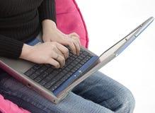 Manos de Womans en el teclado de la computadora portátil Imagenes de archivo