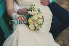 Manos del abarcamiento de novia y del novio Foto de archivo