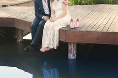 Manos del abarcamiento de novia y del novio Fotografía de archivo libre de regalías