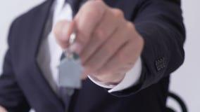 Manos del agente inmobiliario masculino que dan llaves de la cabaña a su cliente, arriendo, cierre para arriba almacen de metraje de vídeo