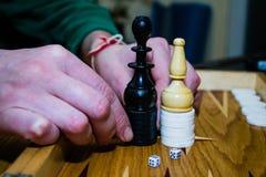 Manos del ajedrez del backgammon del juego de mesa Fotos de archivo libres de regalías