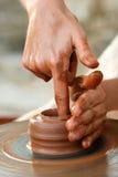 Manos del alfarero en el trabajo Imagen de archivo libre de regalías