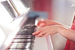 Manos del bebé del piano fotos de archivo libres de regalías