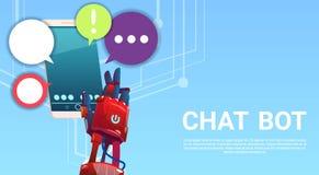 Manos del Bot de la charla usando el teléfono elegante de la célula, ayuda virtual del robot del sitio web o aplicaciones móviles Fotos de archivo libres de regalías