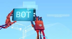 Manos del Bot de la charla usando el teléfono elegante de la célula, ayuda virtual del robot del sitio web o aplicaciones móviles Foto de archivo libre de regalías