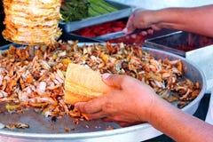 Manos del cocinero con pan del doner fotografía de archivo libre de regalías