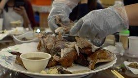 Manos del cocinero del primer que preparan la comida tradicional del pollo en el restaurante Taiwán almacen de video