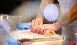Manos del cocinero que preparan la comida japonesa, cocinero que hace el sushi, preparándose foto de archivo libre de regalías