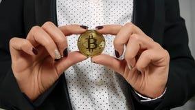 Manos del control de Bitcoin Fotos de archivo libres de regalías