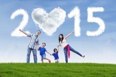 Manos del control de la familia en el campo debajo de la nube de 2015 Fotografía de archivo libre de regalías