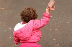 Manos del control del niño con su madre Fotos de archivo