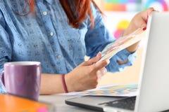 Manos del diseñador de sexo femenino en la oficina que trabaja con las muestras del color Imagen de archivo