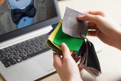 Manos del diseñador que trabajan con las muestras del color fotos de archivo
