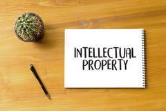 Manos del equipo del negocio de la PROPIEDAD INTELECTUAL en el trabajo con financiero imagen de archivo