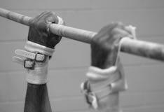 Manos del gimnasta en alta barra Fotos de archivo libres de regalías