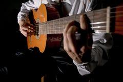Manos del guitarrista y ascendente cercano de la guitarra Tocar la guitarra clásica Toque la guitarra fotografía de archivo libre de regalías
