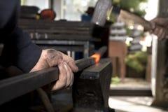 Manos del herrero por el trabajo Imagen de archivo libre de regalías