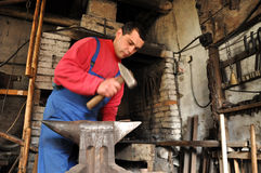 Manos del hierro de trabajo del herrero Imagen de archivo libre de regalías