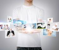 Manos del hombre con las pantallas virtuales Imagen de archivo