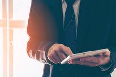 Manos del hombre de negocios con la tableta Fotografía de archivo