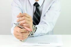 Manos del hombre de negocios con las cadenas y el contrato Foto de archivo