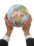 Manos del hombre de negocios que sostienen el globo fotografía de archivo libre de regalías