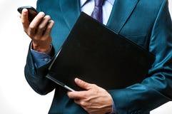 Manos del hombre de negocios que sostienen smartphone Fotos de archivo