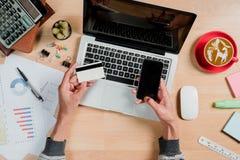 Manos del hombre de negocios que sostienen una tarjeta de crédito fotos de archivo libres de regalías